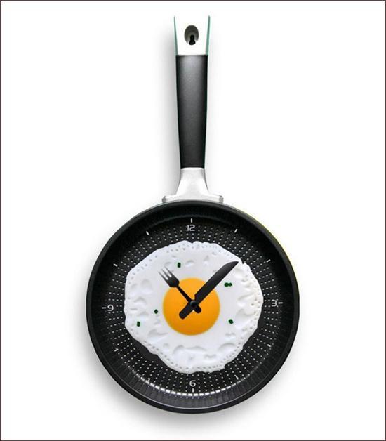 Đồng hồ treo tường ấn tượng tạo điểm nhấn cho phòng bếp