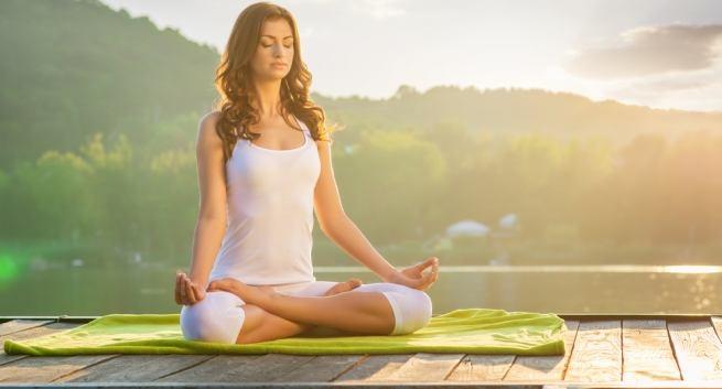 http://stc.bindo.vn/uploads/news/cac-dong-tac-yoga-don-gian-'ha-guc'-nang-nong-mua-he46.jpg