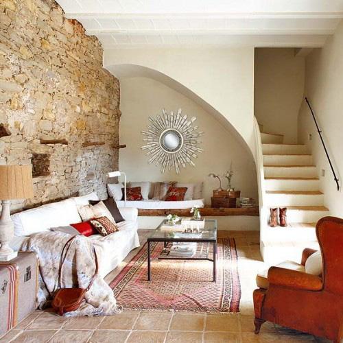 Phòng khách dưới chân cầu thang vẫn thoáng, đẹp