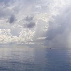 Thuyền giữa biển xanh (panorama)