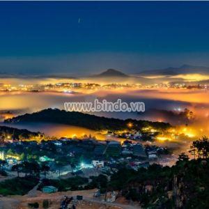 Tranh cảnh thành phố Đà Lạt trong đêm sương mù huyền diệu