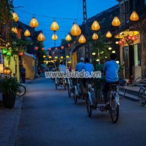 Tranh cảng đêm đường phố bận rộn ở Hội An, Việt Nam.