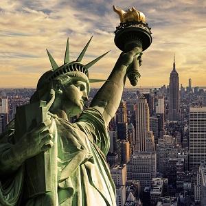 Tranh Tượng Nữ thần Tự do và đường chân trời thành phố New York hoàng hôn