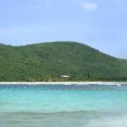 Biển và cát trắng ở Culebra (panorama)